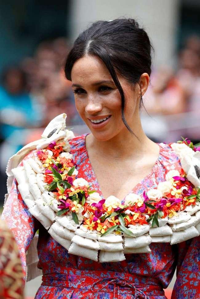 Красное или зеленое? Меган Маркл покинула Фиджи в зеленом, а прибыла на остров Тонга в нежнейшем красном платье