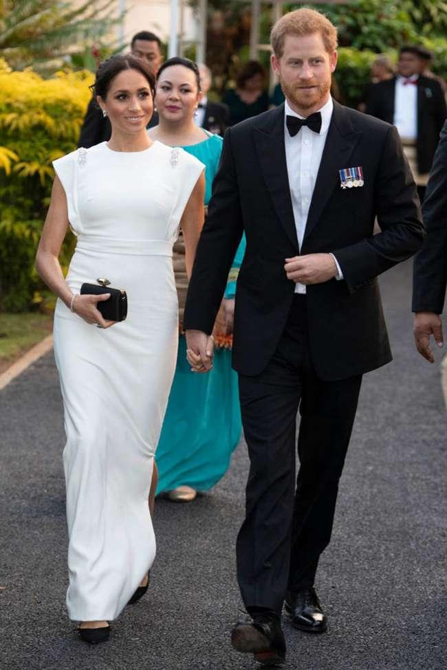 Роскошные! Фотографам удалось крупным планом заснять бриллиантовые серьги Меган Маркл на дне рождении принца Чарльза