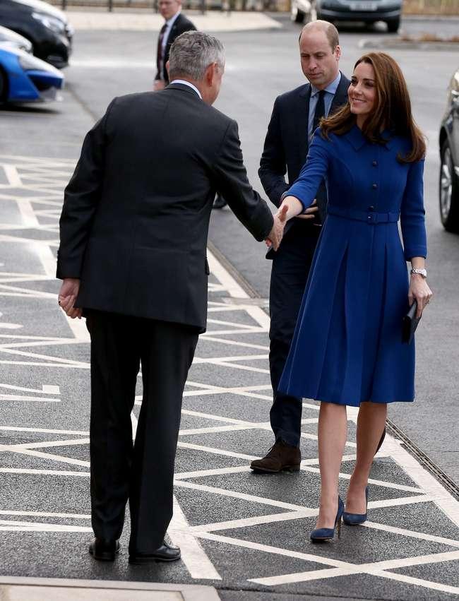 Кейт Миддлтон подчеркнула осиную талию чудесным синим платьем