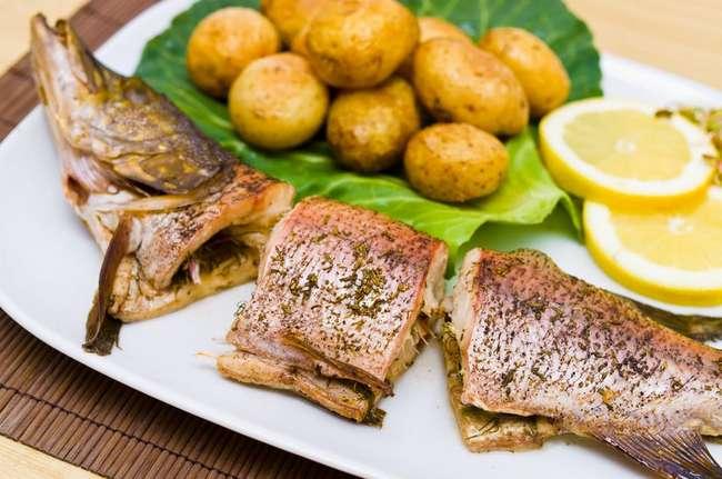 Щука в духовке с картофелем: рецепт и советы по приготовлению