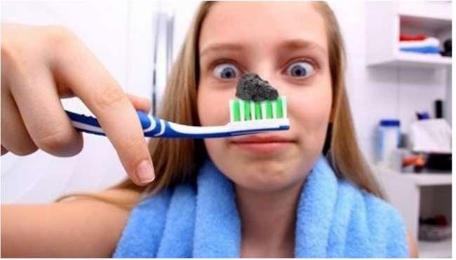 активированный уголь для отбеливания зубов фото