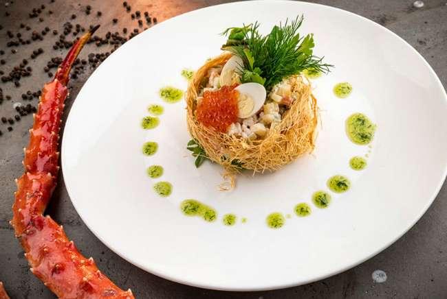 Нетривиальные способы подачи, которые превратят банальное оливье в блюдо высокой кухни