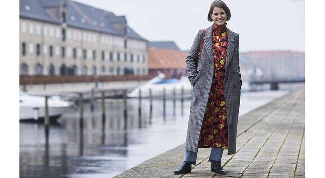 Модные образы: с чем носить темное и серое пальто?
