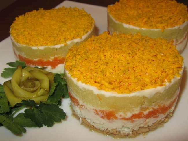 Салат -Мимоза-: рецепт с картошкой, сыром и консервами