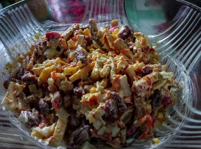 Салат с гренками и фасолью: разные рецепты