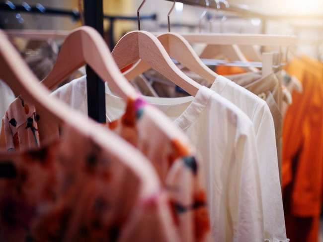 Швы, наличие запасных пуговиц и другие критерии, указывающие на плохую одежду
