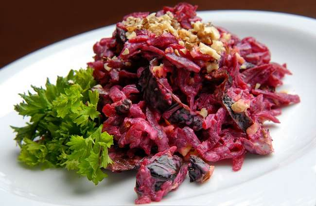 Как приготовить салат со свеклой и черносливом