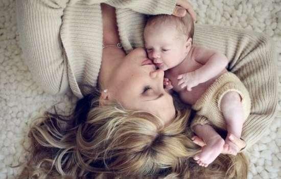 Нежные прикосновения уменьшают боль у новорожденных