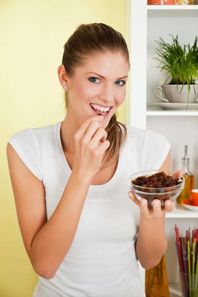 Чем полезен изюм для женщин: состав, польза и вред, нормы потребления