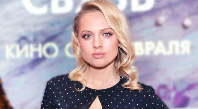 Серьезная блондинка Янина Студилина