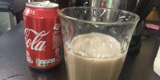 Новая забава вызвала шквал недоумения и споров: люди добавляют молоко в кока-колу и утверждают, что так вкуснее