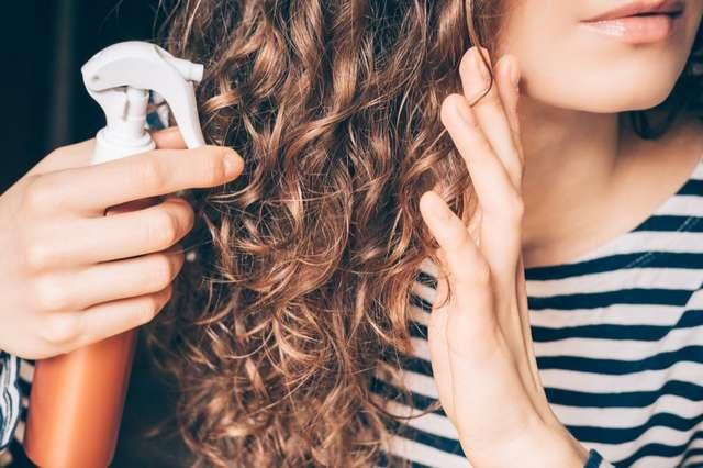 От наращивания до сушки полотенцем: самые распространенные ошибки, которые наносят вред волосам женщин старше 40