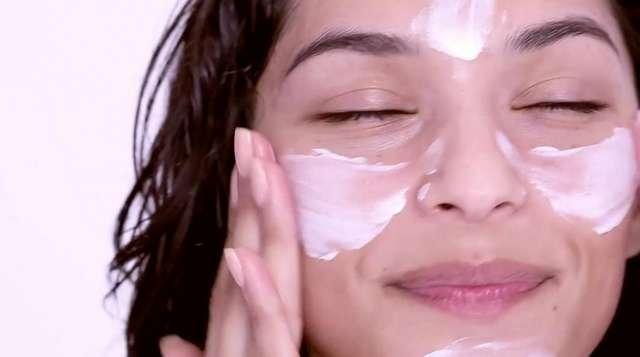 Что будет, если каждый день наносить на лицо крем от солнца? 3 полезных свойства SPF кремов