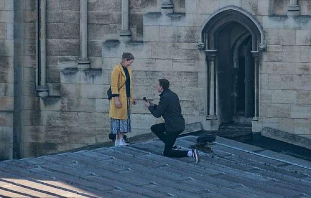 Одно из самых романтичных предложений руки и сердца. Парень и девушка объяснились на крыше старинного собора