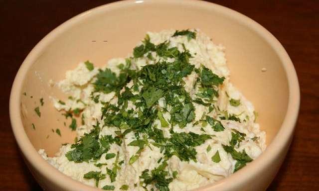 Сырный салат с яйцом и чесноком: рецепт приготовления и украшение