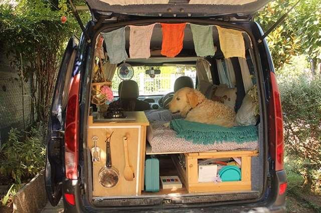 Женщина купила старый фургон и самостоятельно его переделала. Теперь она путешествует в нем со своей собакой
