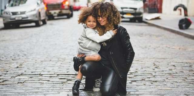 Близкие друзья, строгие учителя или мудрые наставники: какими становятся родители в зависимости от знака зодиака