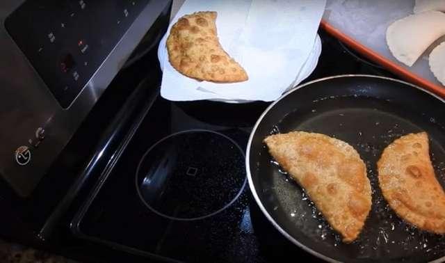Как приготовить чебуреки с сыром