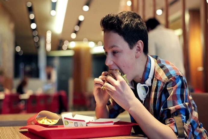 Соцсети делают подростков более восприимчивыми к вредной еде и фастфуду