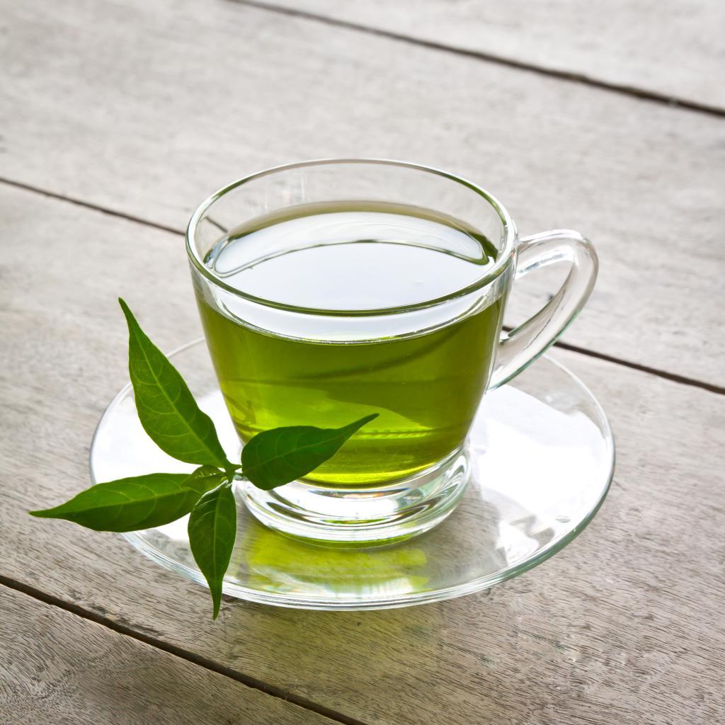 Как зеленый чай помогает в борьбе с лишним весом: полезные свойства напитка