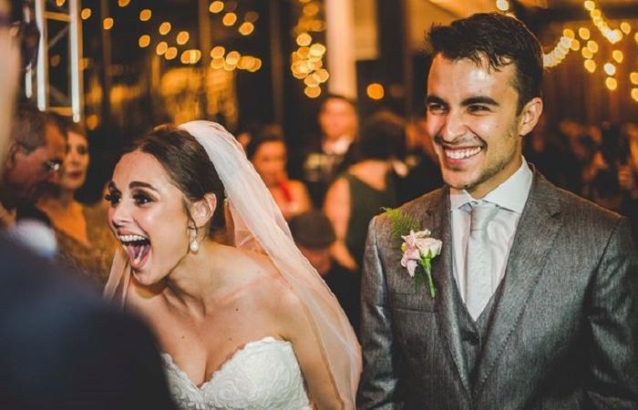Свадьбу молодых людей прервал уличный пес, который привлек к себе внимание всех людей на церемонии