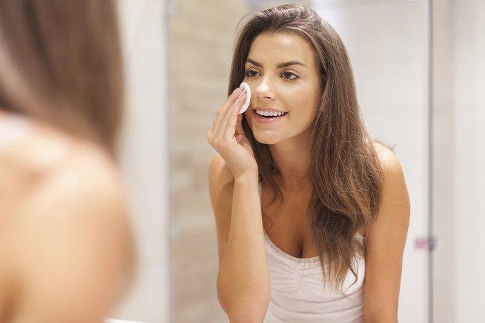 5 продуктов, которыми можно в два счета смыть макияж, если под рукой нет мицеллярной воды