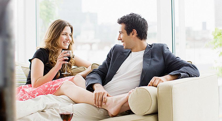 Кровать, свечи и книжная полка — эксперты составили рейтинг предметов интерьера, гарантирующих удачное свидание