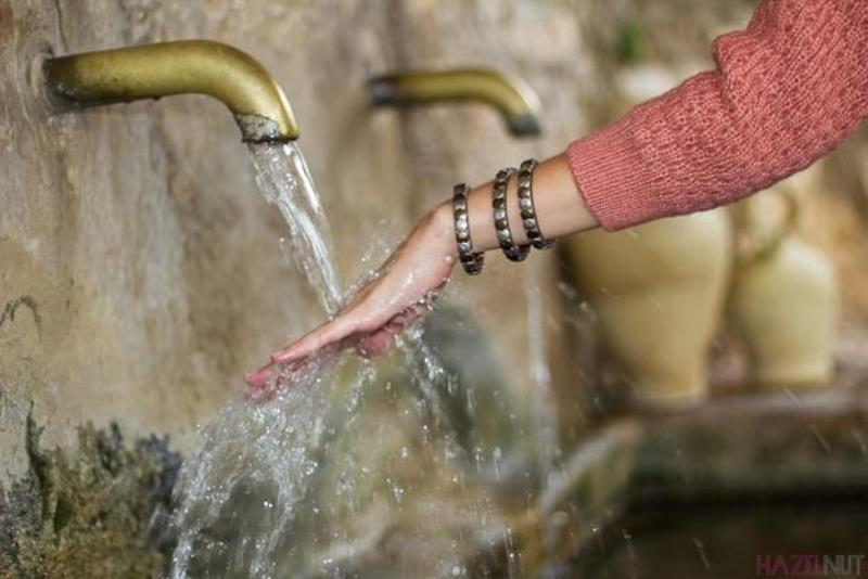 Мытье рук, имеющее у многих народов ритуальное значение, помогает смывать грехи и избавляться от воспоминаний