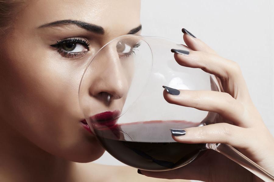 Подруга прочитала, что полезно выпивать бокал вина перед сном. И решила поэкспериментировать