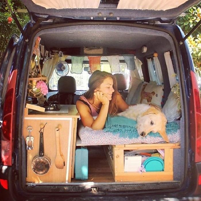 Женщина превратила маленький фургон в комфортное жилище, чтобы объехать на нем весь мир