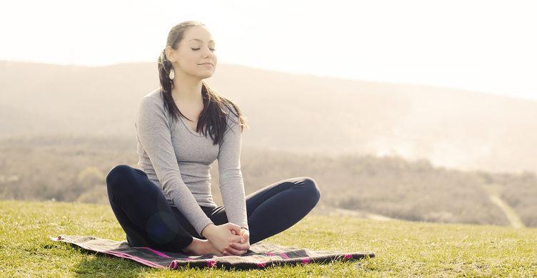Медитация, прогулка с домашним питомцем, ведение дневника питания: простые способы не заедать свои проблемы