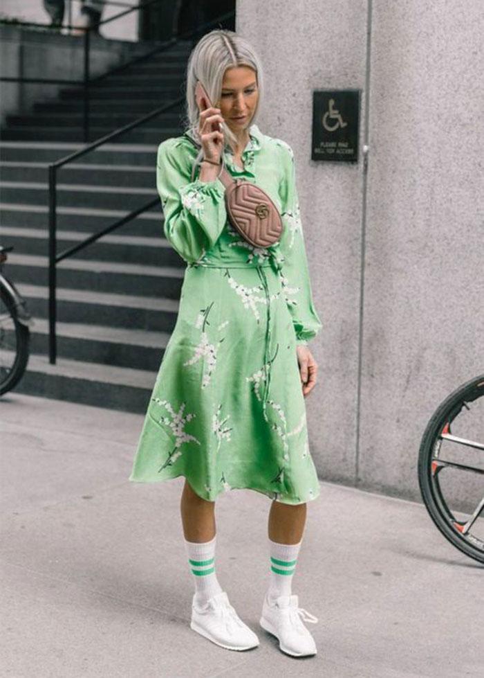 Воздушные платья и спортивная обувь — хит 2019 года. Как носить