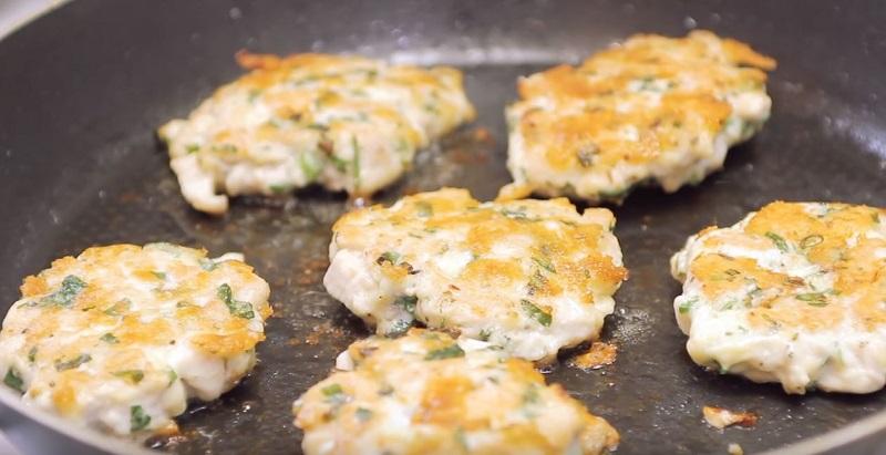 Как приготовить рубленые куриные котлеты с сыром