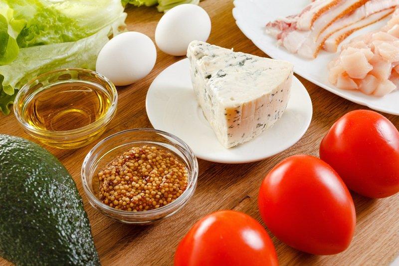 Рецепт салата с помидорами и яйцом