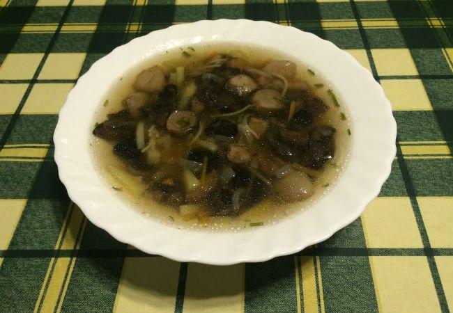 Варим черный грибной суп