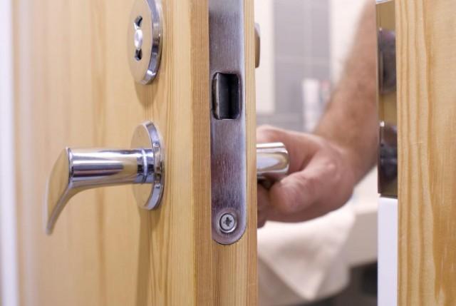 Иголка в дверях – что это значит