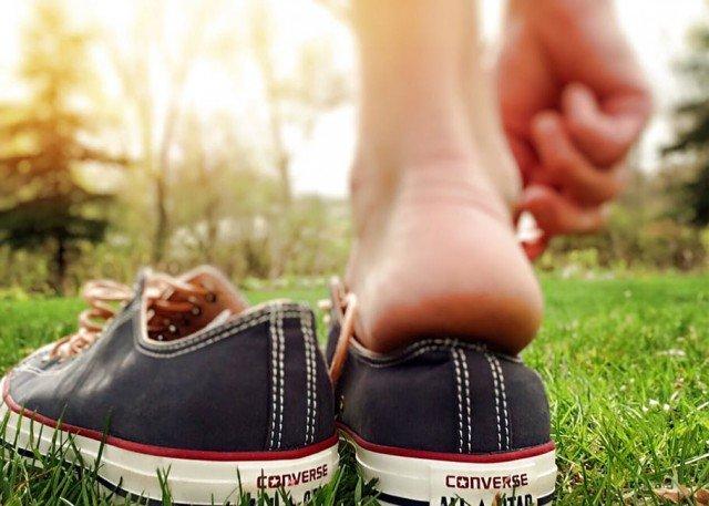 Носить кроссовки и кеды на босу ногу нельзя