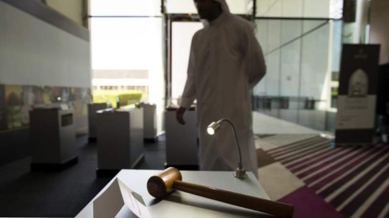 Такое может случиться только в ОАЭ: женщина заглянула в телефон мужа и получила три месяца тюрьмы