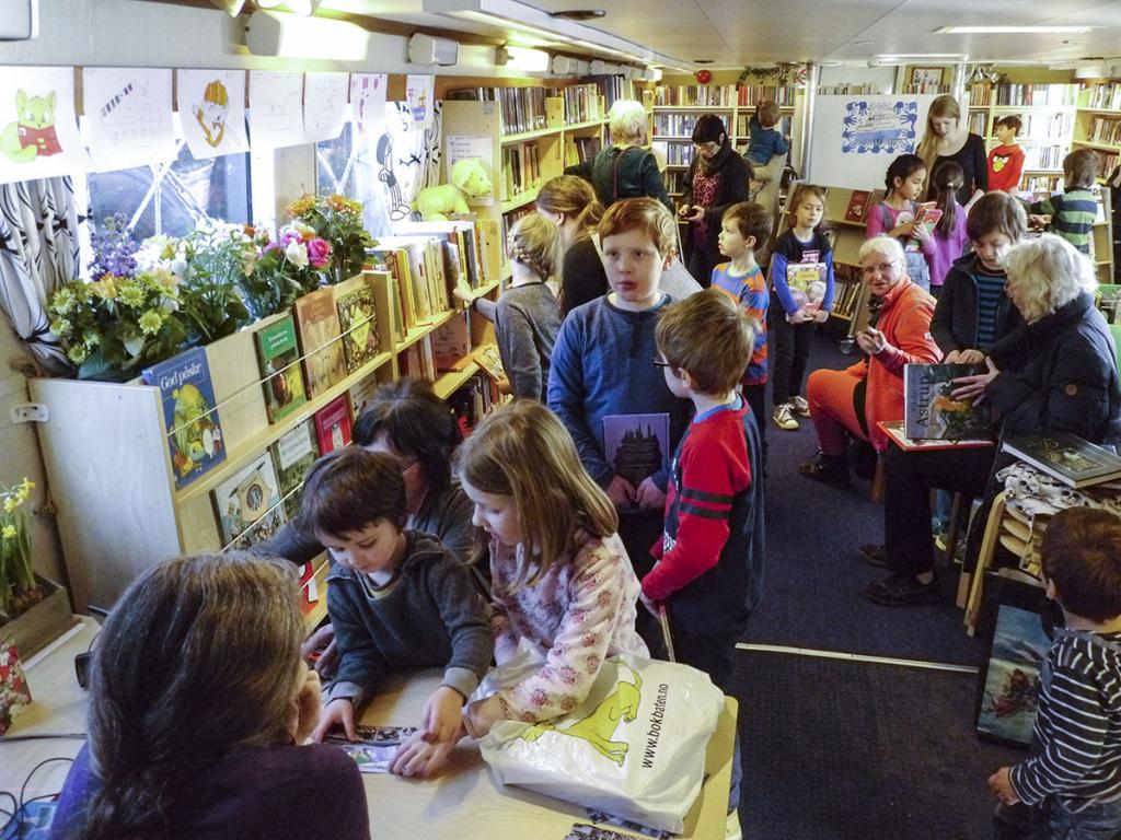 Плавучая библиотека доставляет книги читателям, живущим на отдаленных островах Стокгольмского архипелага
