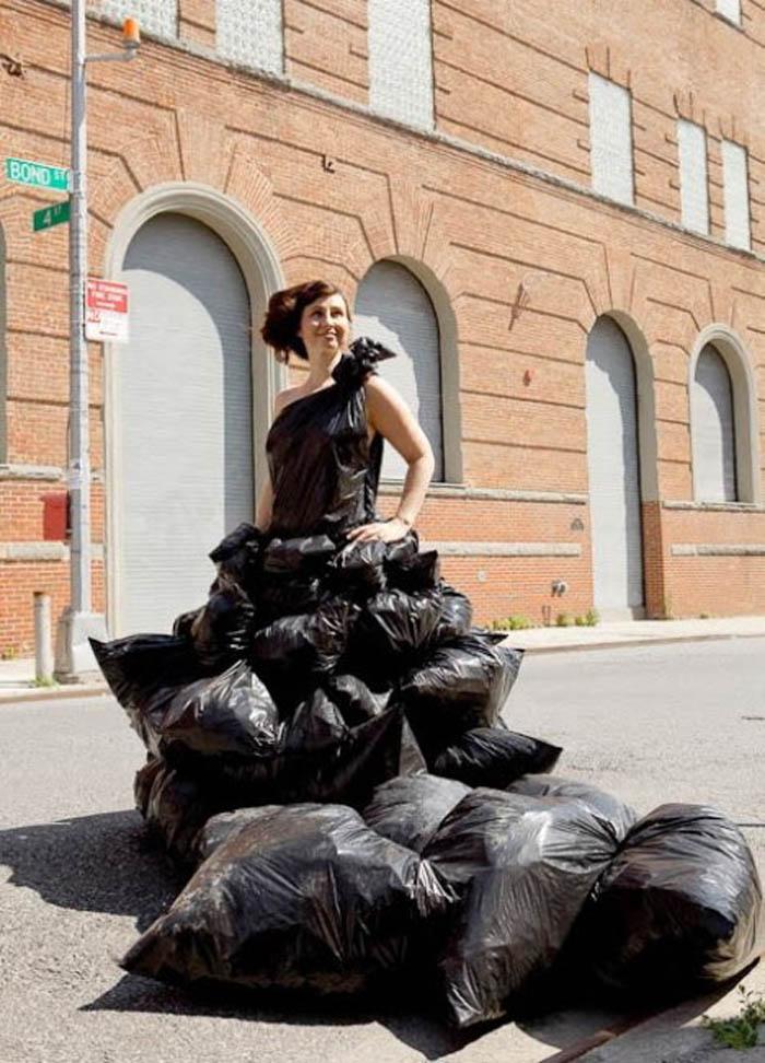 Трава, листья, шишки, мусорные пакеты: из чего еще создает женские наряды стилист-художник