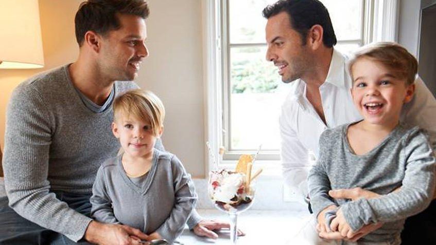 Сначала близнецы, а теперь дочка: дети Рики Мартина и его мужа действительно красавцы