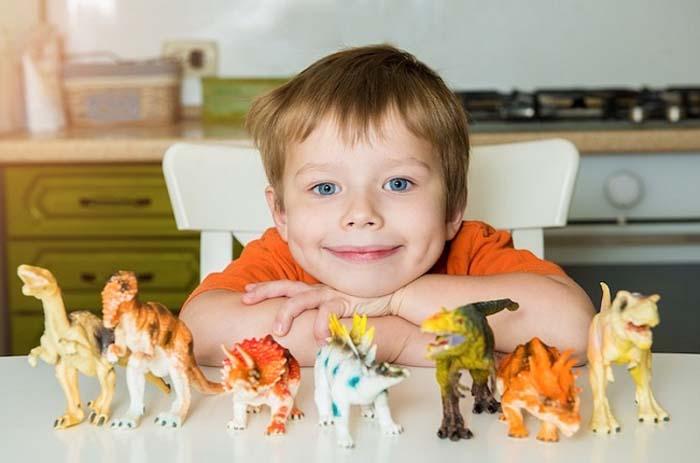 Ученые выяснили, какие дети развиваются быстрее сверстников: одержимые игрой в динозавров, рано научившиеся читать и не только