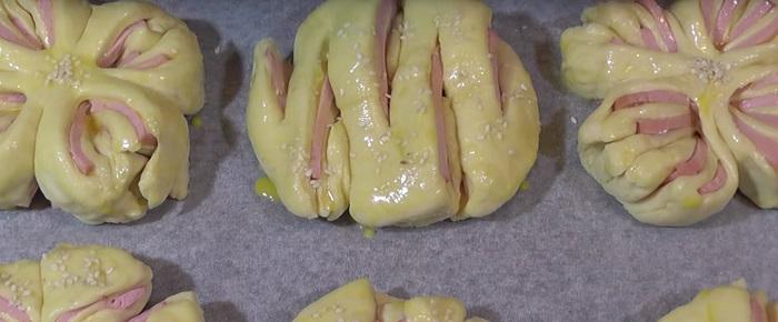 Инструкция по приготовлению булочек с колбасой