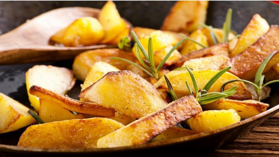 Чтобы вкусно пожарить картошку, нужно предварительно поцарапать ее вилкой