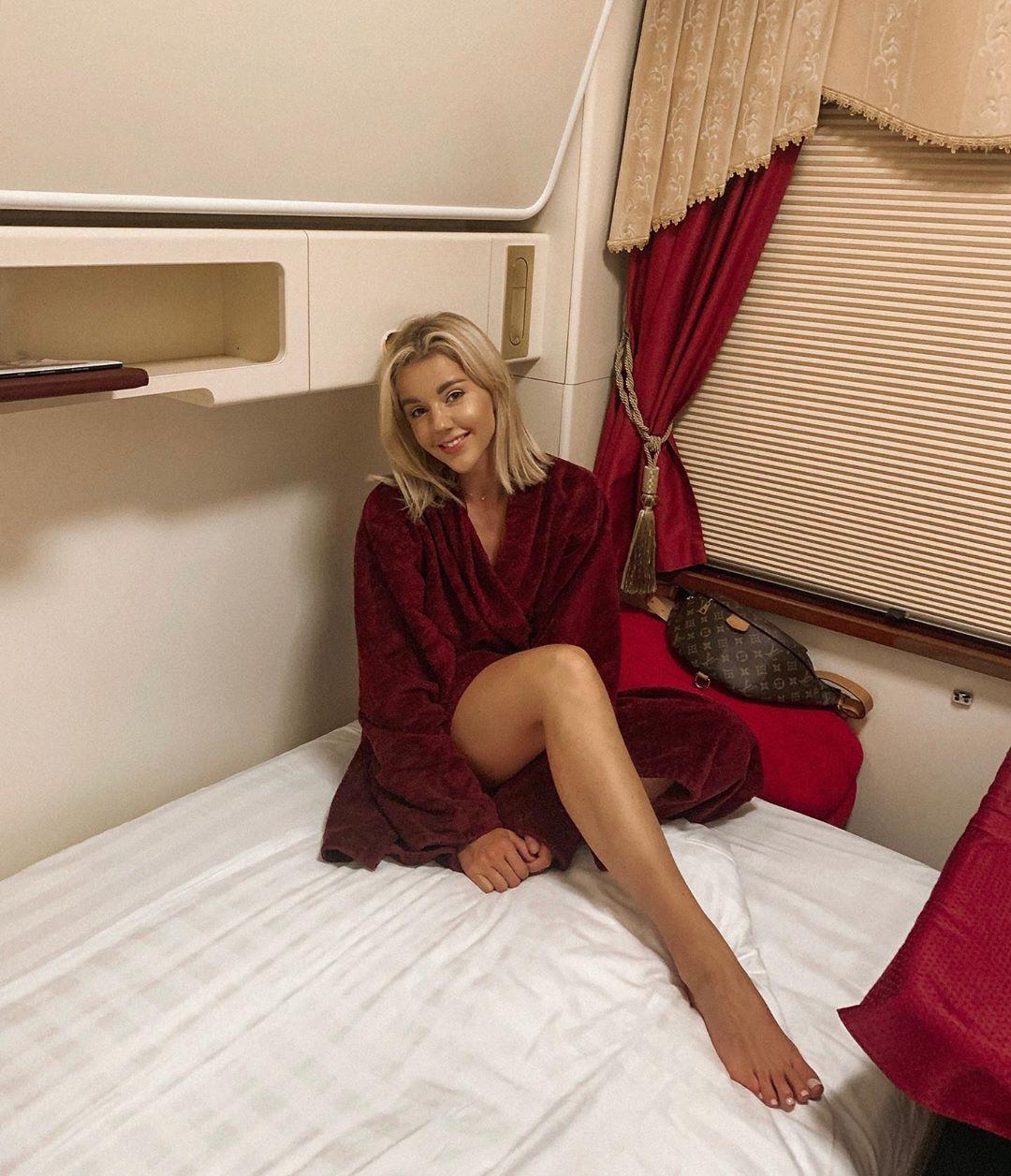 Короткий халатик, длинные ноги и спальный вагон класса люкс: как путешествует по стране Юлианна Караулова