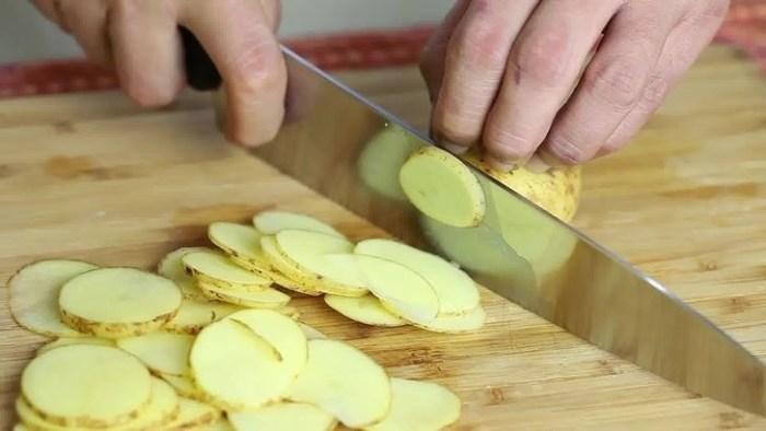Как быстро приготовить невредные чипсы дома, которые можно давать без опаски детям