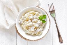 Простой салат с курицей и шампиньонами