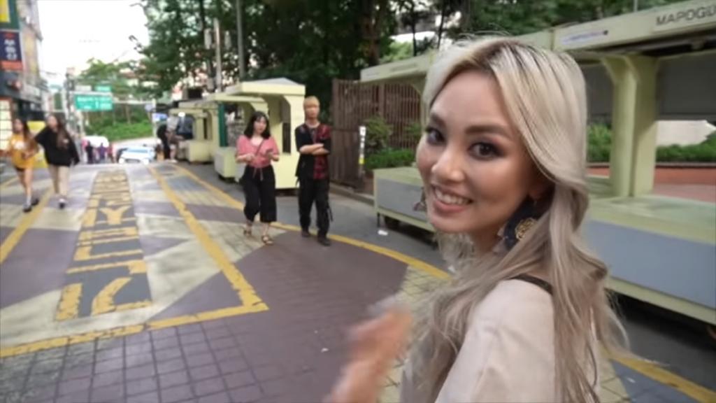 -У тебя Хэллоуин?- Кореянка сделала макияж -по-русски- и гуляла по Сеулу: реакция окружающих