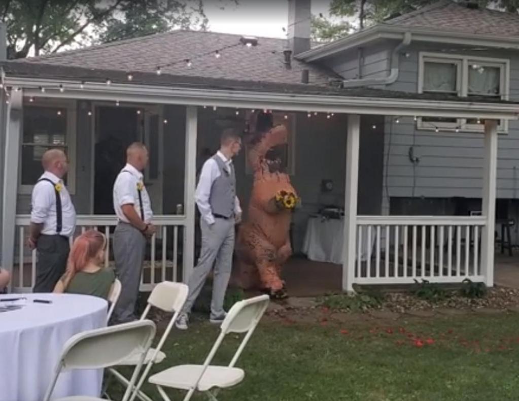 Невеста разрешила подружкам прийти на свадьбу в чем угодно. Такого она не ждала