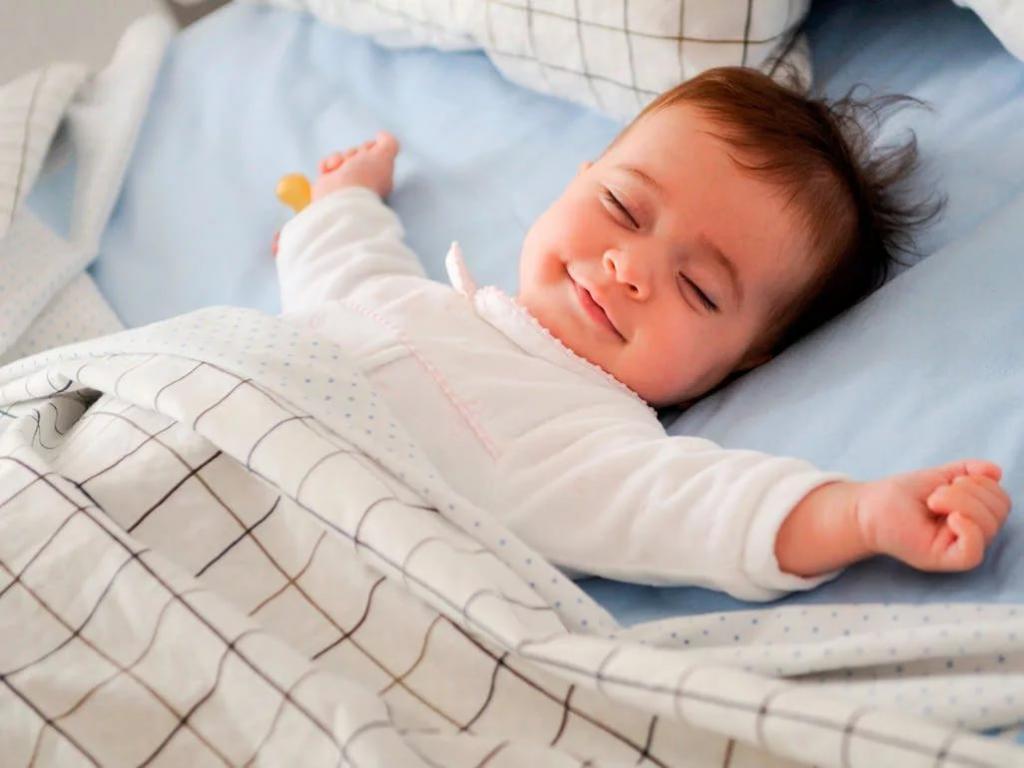 Ребенок должен спать только на боку: этот и другие популярные мифы о детском сне, про которые пора забыть